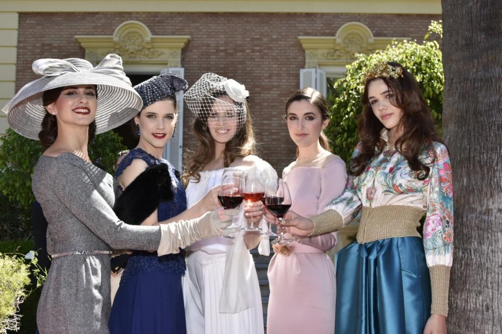 Modelos brindando con Ribera del Duero